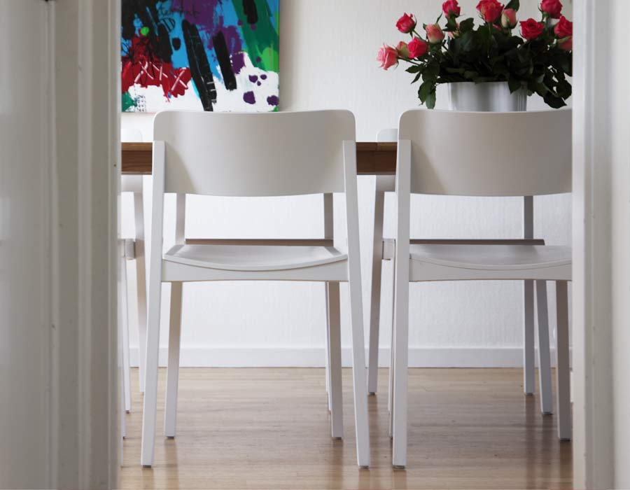 Thonet chair 330 - 2 white chairs in front of a table
